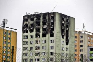 Mohutný výbuch a požiar zničil panelák v Prešove.