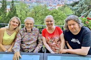 Dominika s manželom Timom navštívili Karla pri príležitosti jeho osemdesiatín.