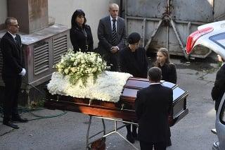 Dcéra Nelly Sofia dáva posledné zbohom otcovi.