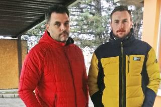 Starosta Kojšova Anton Bašniar (vľavo) a príbuzný dvoch bratov Ján Tchur stoja za obvinenými robotníkmi.