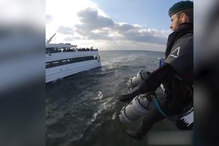 Gravitácia v súčasnosti nepredstavuje žiadnu prekážku: Raketový muž si zalietal okolo jachty