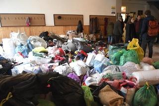 V centre sa hromadia tašky so šatstvom a potrebami rôzneho druhu pre ľudí postihnutých tragédiou.