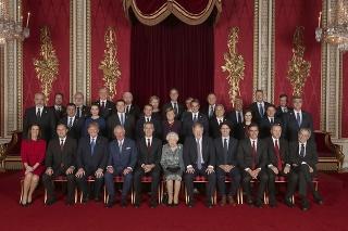 Lídri NATO pózujú s britskou kráľovou Alžbetou II. (prvý rad, v strede).