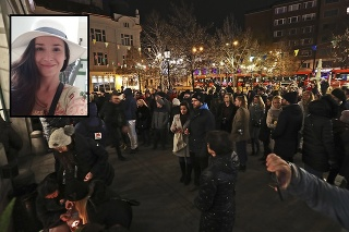 Pred Starou tržnicou ľudia zapaľovali sviečky.