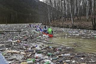 Vodáci na orientačných pretekoch priehradu na Ružíne splavovali cez obrovské smetisko.