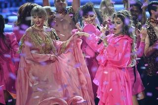 Vystúpenie Shanie Twain (vpravo) a Taylor Swift.