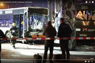 Zrážka s autobusom si vyžiadala 21 zranených.