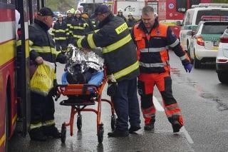 Zraneným osobám poskytovali prvú pomoc záchranári a hasiči.