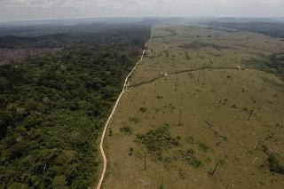 Na archívnej snímke z 15. septembra 2009 je odlesnené územie Amazonského pralesa v brazílskom štáte Para na severe krajiny.