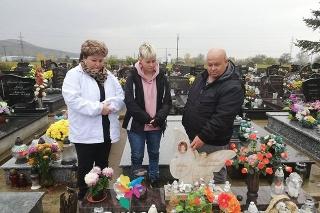 Manželia Dana a Ľubomír s dcérou Bibianou pri hrobe Ninky († 7)