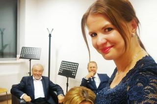 Tehotná Stolzová s Ivanou Gottovou, spevák v pozadí.