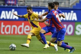 Lionel Messi (vľavo) z FC Barcelony počas zápasu 9. kola španielskej La Ligy proti Eibaru.