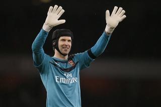 Na archívnej snímke z 2. januára 2016 brankár Arsenalu Londýn Petr Čech máva fanúšikom.