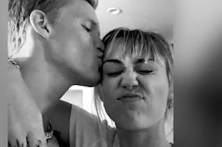 Miley Cyrus sa so vzťahmi poriadne rozbehla: Po krásnej modelke prišiel nový románik so sexi spevákom