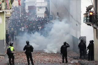 V Ekvádore pokračovali násilné protesty proti zrušeniu dotácií na pohonné hmoty.