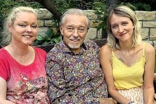 Karla pri príležitosti jeho nedávnych 80. narodenín navštívili dospelé dcéry Dominika (vľavo) a Lucie.