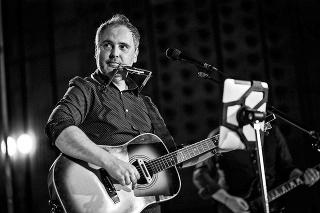 Muzikant prehral svoj boj so zákernou rakovinou.