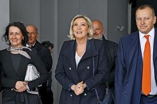 Na Le Penovú čakali v Bratislave demonštranti, ktorí odmietajú jej nacionalistické myšlienky.
