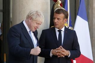 Britský premiér Boris Johnson (vľavo) na návšteve u franúczskeho prezidenta Emmanuela Macrona.