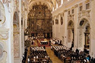 Vstup do krypty je situovaný uprostred svätyne v jej prednej časti.
