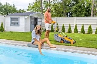 Natália si vysnívala bazén a Attilovým relaxom je kosenie trávy.