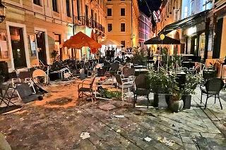 Počas masovej bitky ničili chuligáni zariadenie podnikov v centre mesta,  za obeť padli najmä letné  terasy.