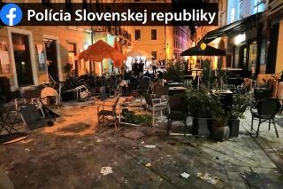 Zdemolované centrum Bratislavy po hromadnej bitke.