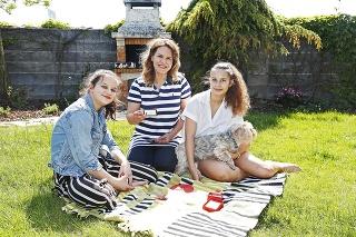 Bibiana so svojimi dcérami trávi v záhrade veľa času. Najradšej spolu grilujú.
