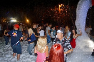 Horovce, 22. jún 2019 o 00.15 hod.: Takto sa na diskotéke zabávali mladí ľudia až do osudnej streľby.