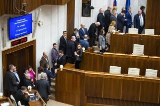 Poslanci hlasujú o kandidátoch na ústavných sudcov.