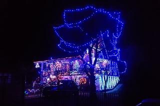 Ešte aj po Vianociach ľuďom spríjemňujú noc veselé svetielka.