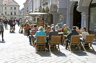 Letné teploty lákajú zákazníkov k posedeniu na terasách.