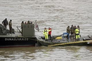 Vojenská loď Dunaujvaros pod Margitiným mostom počas záchrannej operácie na Dunaji