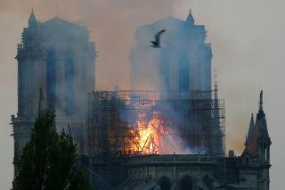 V streche katedrály Notre Dame vznikla po páde veže diera.