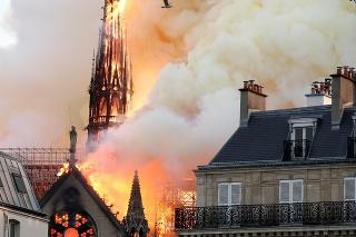 Katedrálu Notre Dame ničí mohutný požiar.