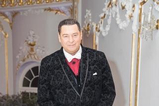 Po luxusnom obleku siahol aj známy moderátor a gurmán Peter Justin Topoľský.