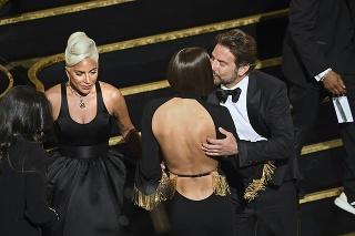 Celý večer sedela trojica v hľadisku vedľa seba a Bradley sa venoval aj svojej priateľke Irine.