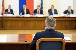 SPORNÁ PRAX: Fico musel na výbore čeliť najmä otázkam o svojej praxi.