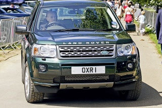 Princ Philip si napriek nehode nezapína pás.