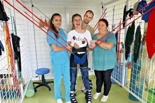 2018: S pomocou fyzioterapeutov Michaely Turokovej a Maroša Koľveka sa udržala niekoľko minút na nohách. Mamina Marcela Rákociová sa z každého pokroku dcéry veľmi teší.