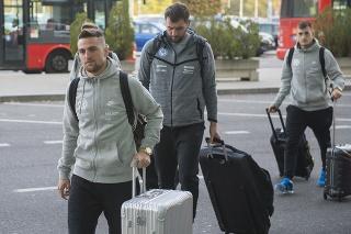 Slovenskí futbaloví reprezentanti Róbert Mak (vľavo) a Matúš Bero (vpravo) prichádzajú na bratislavské letisko M. R. Štefánika.