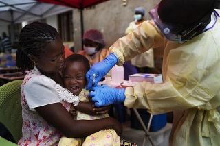Dieťa dostáva vakcínu proti ebole vakcínu v Beni v Konžskej demokratickej republike (KDR).
