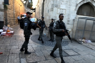Bezpečnostné sily zastrelili muža, ktorý zaútočil nožom na policajta.