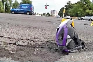 N ceste zostali ležať sandáliky, prilba a pozohýbaný bicykel.