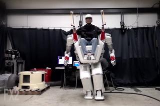 Budú takto raz vyzerať invalidné vozíky? Robot Hubo kráča a na povel hýbe rukami!