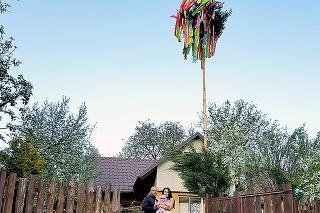 Marek postavil Janke pred chalupou takýto nádherný máj.