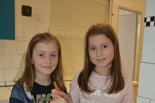 Hanka (vľavo, 9) a Adelka (9) sa dali na varenie cibuľových šupiek a vajíčok.