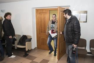 Expolicajta Tiefenbacha sudkyňa z pojednávacej miestnosti vykázala.