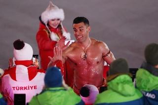 Pita Taufatofua z Tonga nesie vlajku len v žabkách.