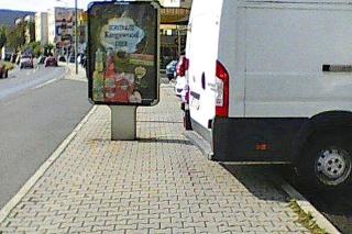 Keď pri reklame zaparkujú autá, chodci nemajú kadiaľ prejsť.